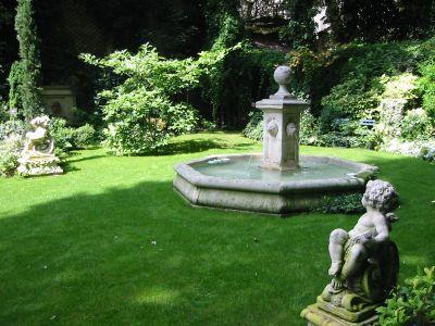 Сад возле замка.. Paris_hotel_cour_3