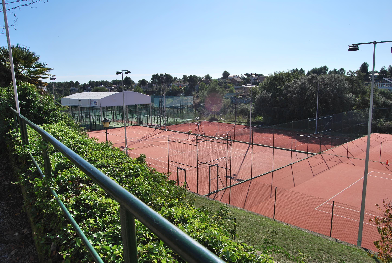 Действующий Теннисный клуб в 20 мин. от Барселоны