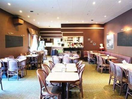 Большое кафе в Левене (Бельгия) на проезжей части города.