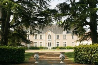 Исторический замок  XVIII века  во Франции, в 250 км от Парижа.