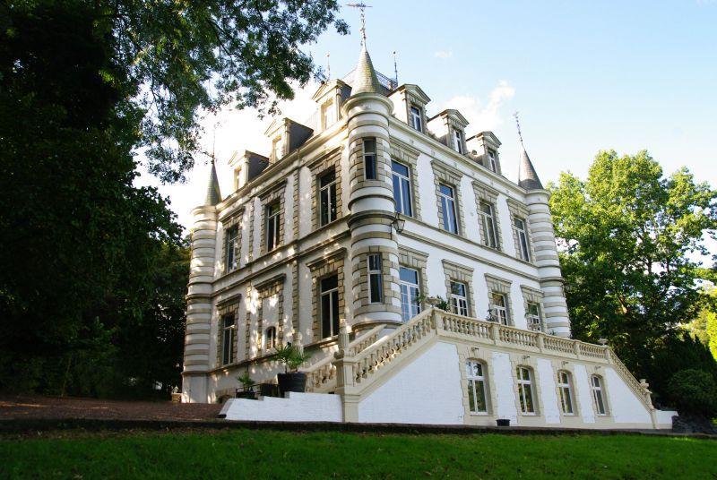 Замок 19 века в Восточной Фландрии,  в часе езды от  Брюсселя и Гента.