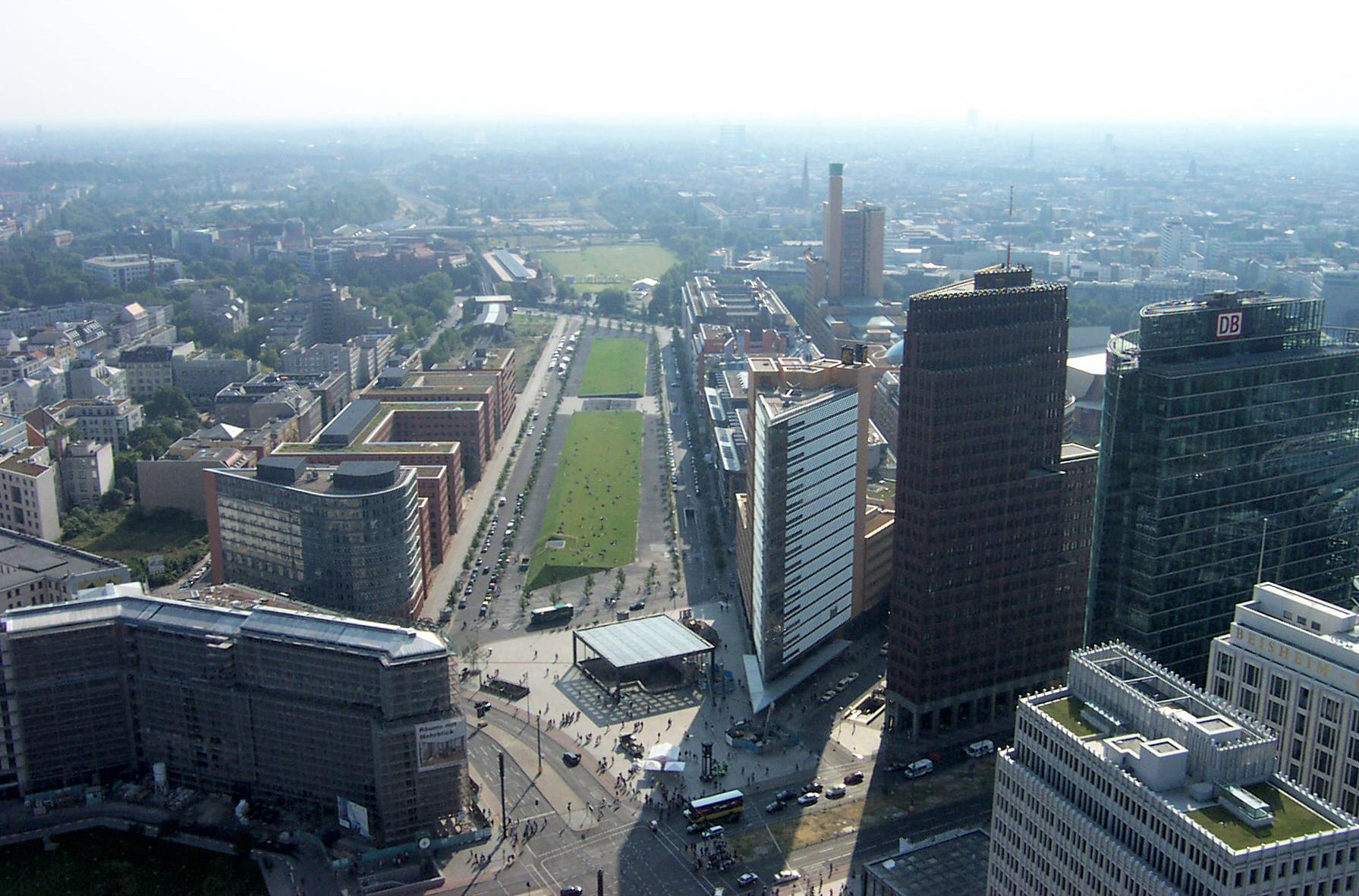 Комплекс из отеля, апартаментов и квартир в Берлине у Потсдамерплатц.