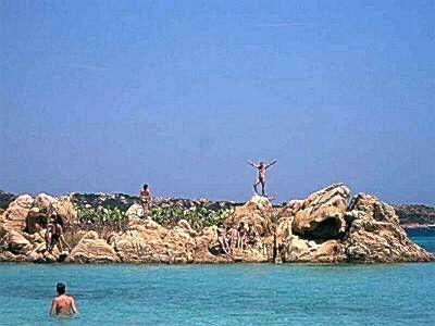 Остров в Италии, в Средиземном море, кристальной чистоты вода и великолепные пляжи.