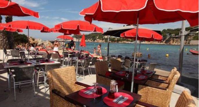 Гостиничные номера и ресторан с террасой на берегу моря в Сан Тропе, Франция