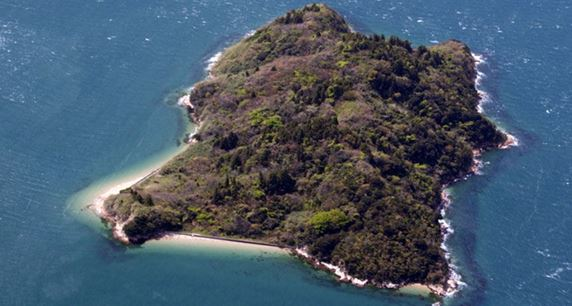 Большой остров в Японии, в море подобному Средиземному морю