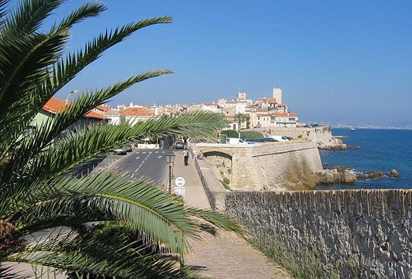 Гостиница в центре Антиб видом на море, на Лазурном берегу.