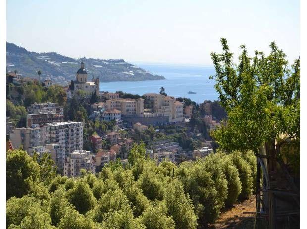 Великолепный участок с панорамным видом на море в Сан Ремо под строительство виллы.
