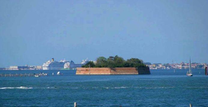 Остров в Италии, в Венецианской лагуне.
