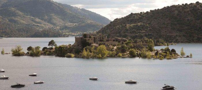 Остров с крепостью в часе от Мадрида.