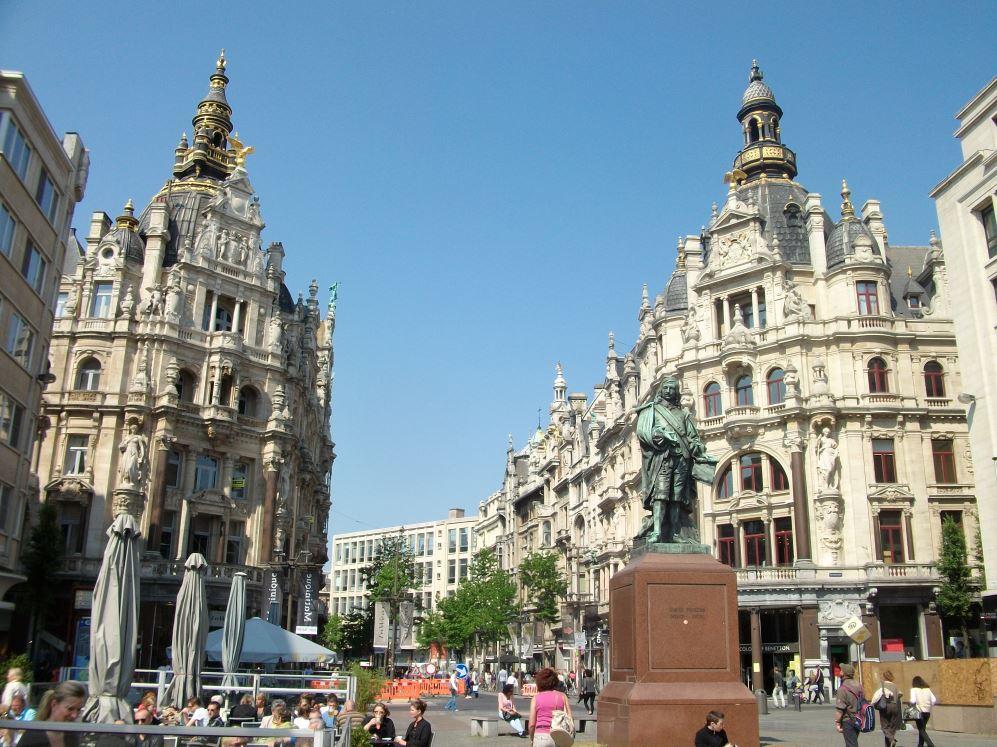 В самом центре Антверпена, недвижимость с 14-ю квартирами.