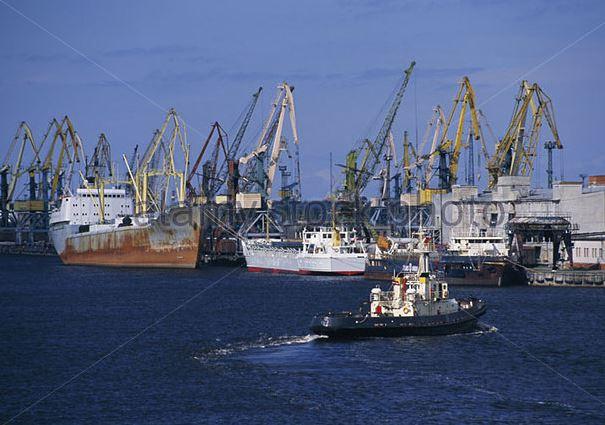 Порт в Латвии, участок с причалами с выходом к морю.