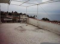 Небольшая гостиница в Турции с видом на море.
