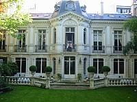 В центре Парижа замок в старинном стиле с садом
