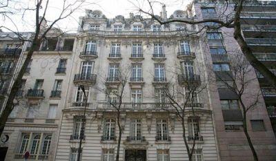Многоквартирное здание в Париже возле Трокадеро, рядом с Эйфелевой башней.