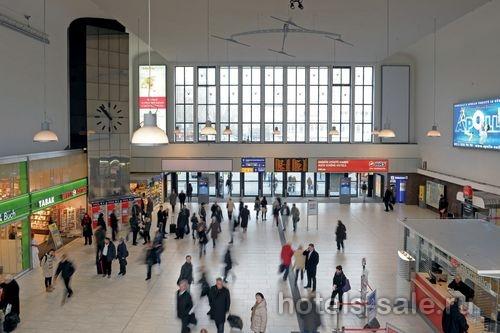 Гостиница рядом с центральным ж/д вокзалом в Дюссельдорфе, столице Северной Вестфалии Германии.